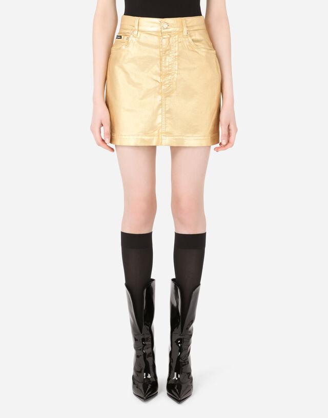 5-pocket laminated denim miniskirt in Gold