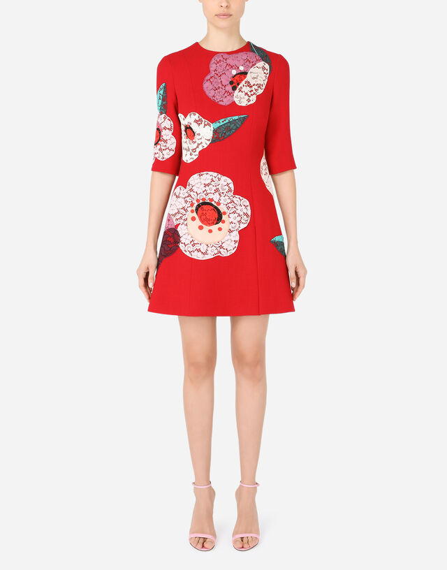 Short crepe dress with floral patches in Bordeaux