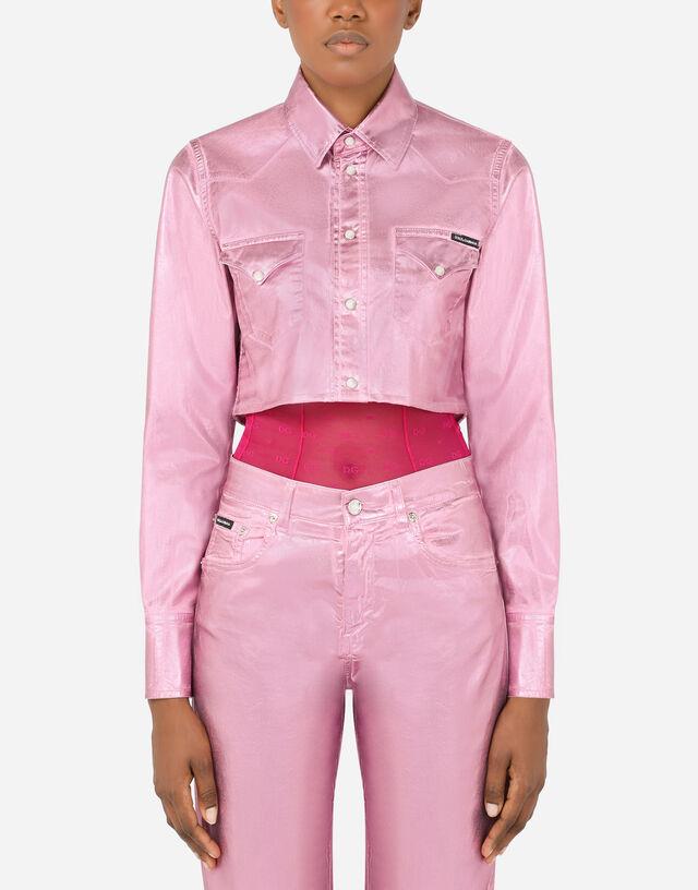 Cropped laminated denim shirt in Pink